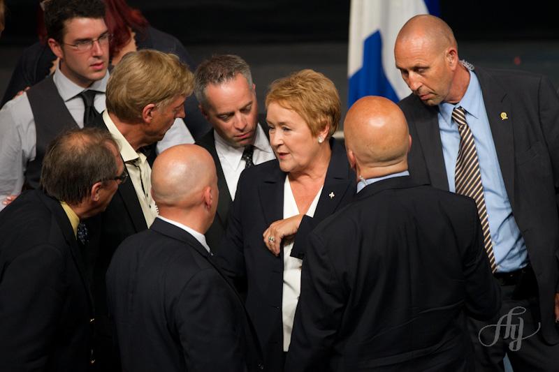 Attentat au Métropolis :: Pauline Marois discute avec ses hommes de sécurité avant de finalement terminer son discours