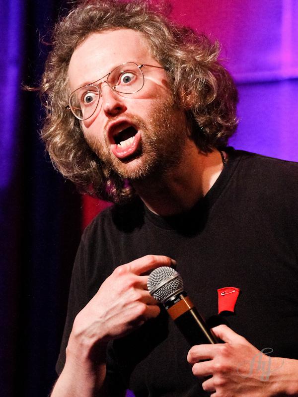 L'humoriste François Bellefeuille en spectacle au Café Campus portant le carré rouge