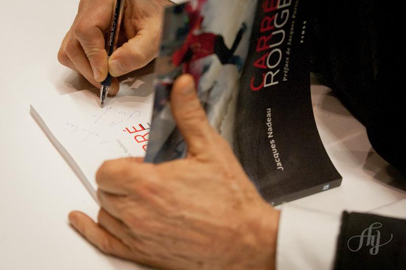 Jacques Nadeau et son livre de photographies CARRÉ ROUGE lors du vernissage de l'exposition du même nom à la Maison du développement durable le 4 décembre 2012. Photo: Anne Gauthier