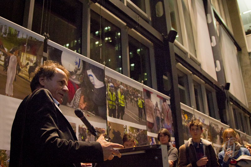 Le discours de Jacques Nadeau lors du vernissage de son exposition CARRÉ ROUGE à Montréal. Photo : Anne Gauthier